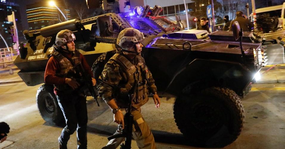 19.dez.2016 - Policiais reforçam a segurança nas ruas da Ancara, capital da Turquia, após o embaixador da Rússia ser morto por atirador enquanto visitava uma galeria de arte
