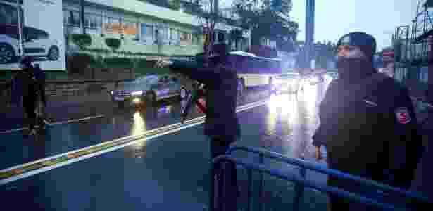 Policiais fazem a segurança nos arredores da boate Reina, onde ocorreu o ataque - Osman Orsal/Reuters