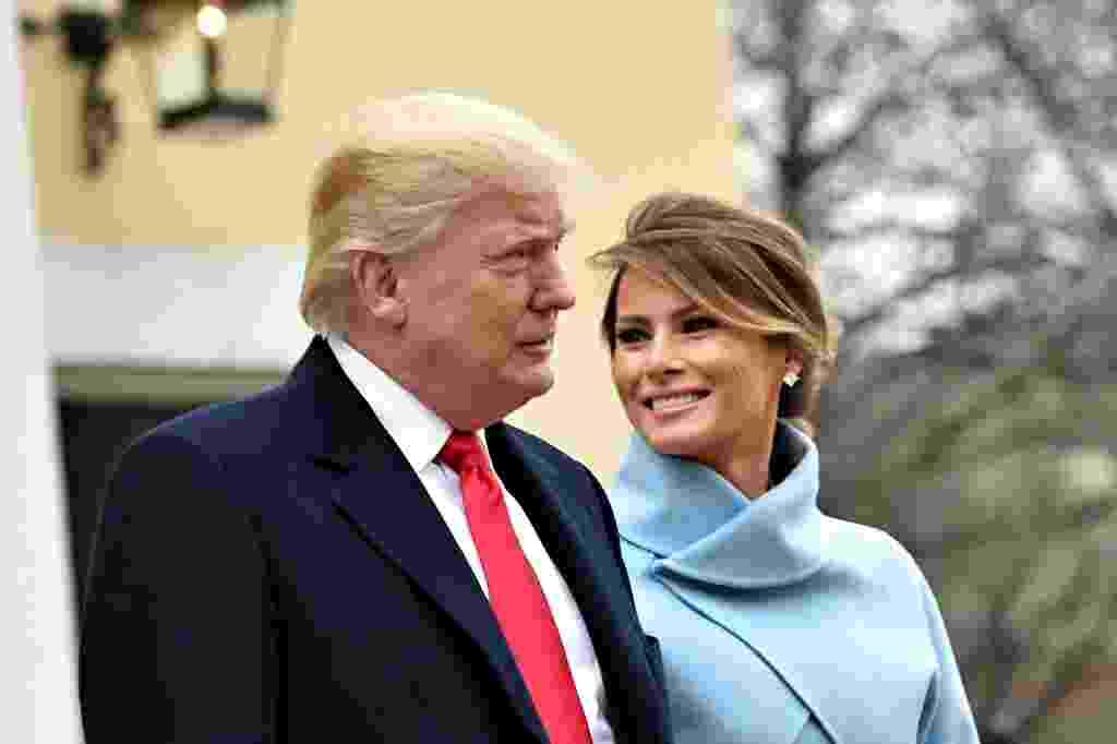 20.jan.2017 - O presidente eleito dos EUA, Donald Trump, e sua mulher, Melania, deixam a Igreja Episcopal St. John's, em Washington DC, nesta sexta-feira (20), antes da cerimônia de posse - Nicholas Kamm/AFP