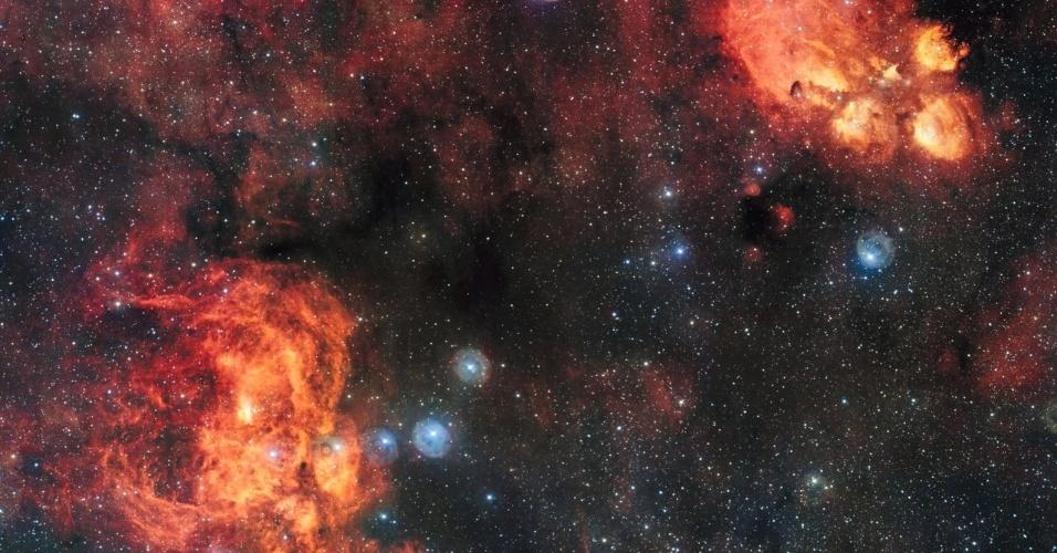 DOIS BILHÕES DE PIXELS - Uma imagem espetacular feita pelos quatro telescópios que formam o VLT (Very Large Telescope), maior conjunto de telescópios ópticos do mundo, mostra Quatro telescópios formam o VLT (Very Large Telescope). Essas são regiões de formação de estrelas, por isso o gás hidrogênio dá um tom avermelhado a imagem. O campo de visão também inclui nuvens escuras de poeira. Com cerca de dois bilhões de pixels esta é uma das maiores imagens já lançadas pelo ESO (Observatório Europeu do Sul)