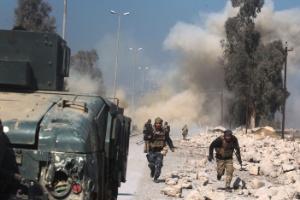 Forças do Iraque tomam aeroporto durante combates com Estado Islâmico em Mossul (Foto: Ahmad al-Rubaye/ AFP)