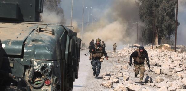 Coluna de fumaça na região do aeroporto de Mossul durante ataque das forças iraquianas contra o Estado Islâmico