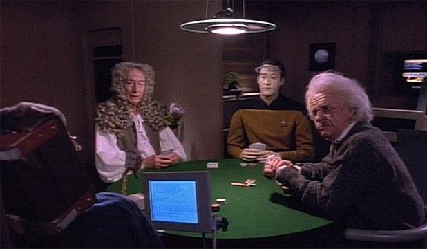 Stephen Hawking (de costas), Isaac Newton, capitão Data e Albert Einstein jogam cartas em episódio de Jornada nas Estrelas