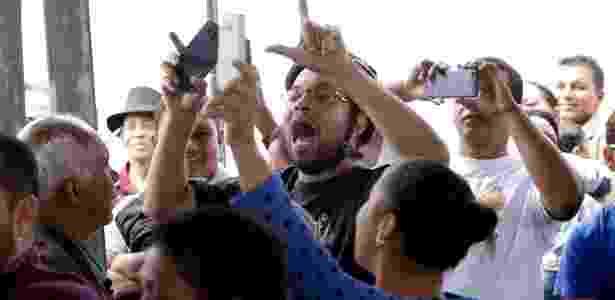 """29.mar.2017 - Manifestante grita """"golpistas"""" em direção aos tucanos Geraldo Alckmin (e), governador de São Paulo, Bruno Araújo (c), ministro das Cidades, e João Doria, prefeito de São Paulo, durante evento de entrega de unidades habitacionais no Grajaú, zona sul da capital paulista - NEWTON MENEZES/FUTURA PRESS/FUTURA PRESS/ESTADÃO CONTEÚDO - NEWTON MENEZES/FUTURA PRESS/FUTURA PRESS/ESTADÃO CONTEÚDO"""
