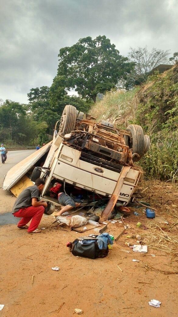 Acidente de caminhão que transportava caixões no Espírito Santo