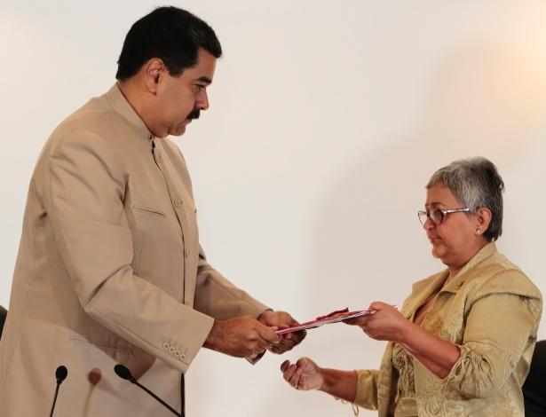 O presidente da Venezuela, Nicolás Maduro, entrega o decreto de convocação de Constituinte à chefe do Conselho Nacional Eleitoral, Tibisay Lucena, em Caracas
