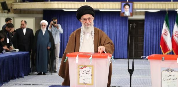 19.mai.2017 - Aiatolá Ali Khamenei, líder supremo do Irã, vota durante as eleições