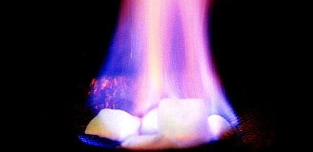 Embora pareça com gelo, o hidrato de metano é inflamável - USGS