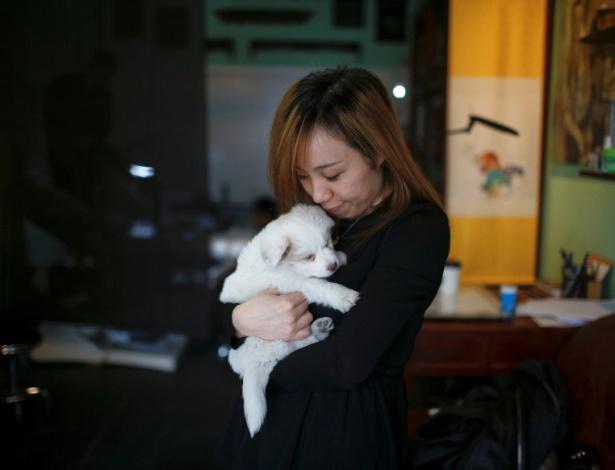 Chinesa beija cachorro em Shanghai