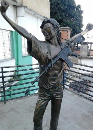 Estátua de Michael Jackson foi fotografada neste mês com um fuzil no Santa Marta, comunidade considerada modelo do projeto - Reprodução/WhatsApp