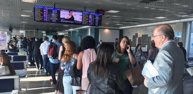 O governador de São Paulo, Geraldo Alckmin (PSDB), aguarda embarque em avião em foto divulgada na sua rede social