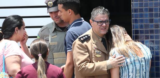 Mulher é consolada em frente ao colégio Goyases, em Goiânia, onde ocorreu a tragédia