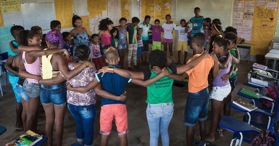 No início e no fim das aulas, as professoras costumam pedir a proteção de santos, orixás, caboclos e encantados. Não há conflito de religiões no quilombo