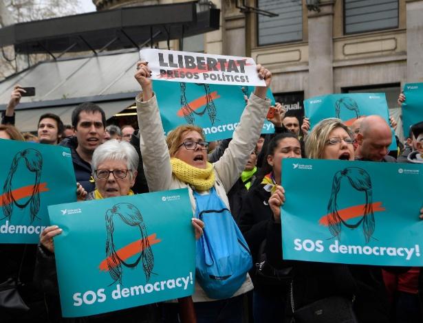 """Manifestantes em Barcelona pedem """"SOS Democracia"""" em seus cartazes - Lluis Gene/AFP"""