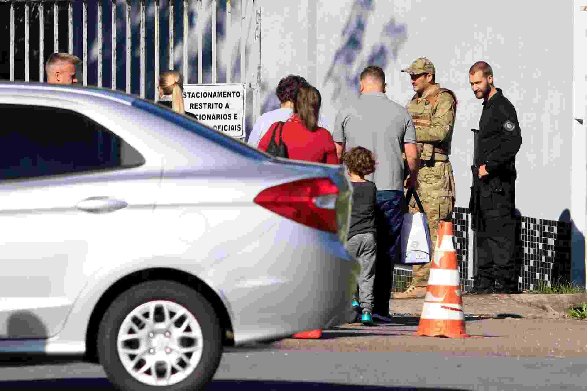 19.abr.2018 - Familiares do ex-presidente Lula, que está preso na sede da Polícia Federal em Curitiba, chegam pelo portão dos fundos da instituição - Theo Marques/Folhapress