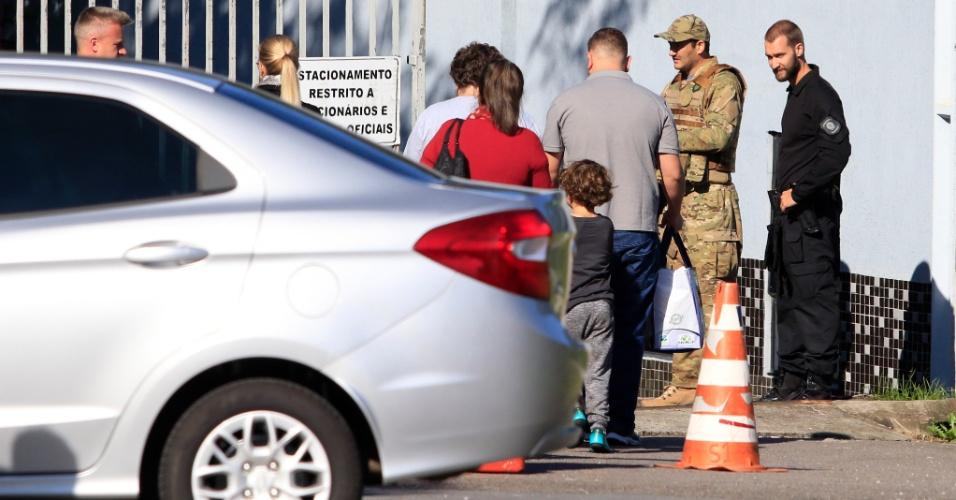 19.abr.2018 - Familiares do ex-presidente Lula, que está preso na sede da Polícia Federal em Curitiba, chegam pelo portão dos fundos da instituição