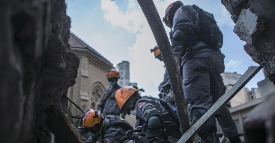 3.mai.2018 - Bombeiros trabalham no local onde um prédio desabou no centro de São Paulo