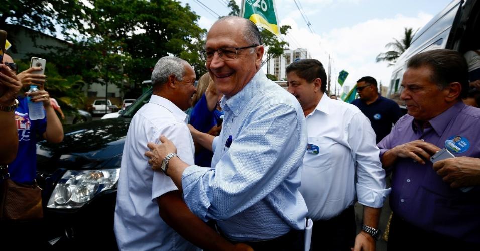 """21.set.2018 - O candidato do PSDB à Presidência, Geraldo Alckmin, foi saudado por apoiadores ao chegar aos estúdios da Rádio Jornal, no Recife. Em entrevista, o tucano afirmou que """"votar em Bolsonaro é o passaporte para eleger Haddad"""" como presidente"""