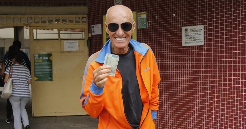 Amin Khader mostra o seu título de eleitor após deixar colégio eleitoral no Rio de Janeiro