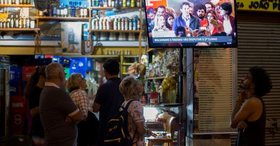 """Pessoas assistem o discurso do candidato do PT, Fernando Haddad, na Lapa, no Rio de Janeiro. O candidato pediu união democrática e diz que """"argumento"""" será única arma do PT"""