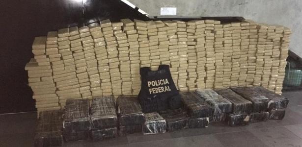 10.out.2018 - PF encontra 820 kg de maconha em fundo falso de caminhão no RS