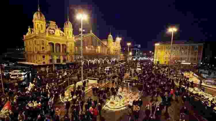 Os protestos são realizados em frente ao Parlamento e à estação de televisão oficial MTVA - Getty Images - Getty Images