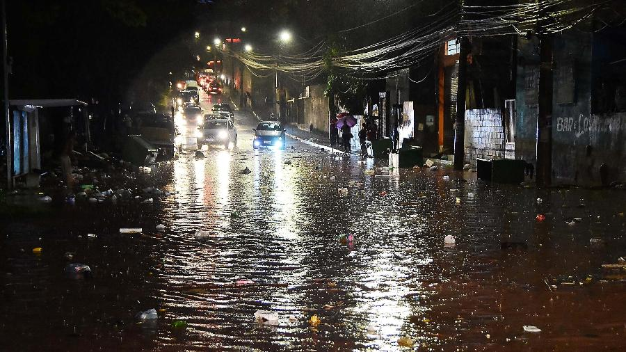 Temporal causa alagamento na zona oeste de São Paulo (SP); monitoramento feito pelo Chuva Online foi suspenso - RONALDO SILVA/FUTURA PRESS/FUTURA PRESS/ESTADÃO CONTEÚDO