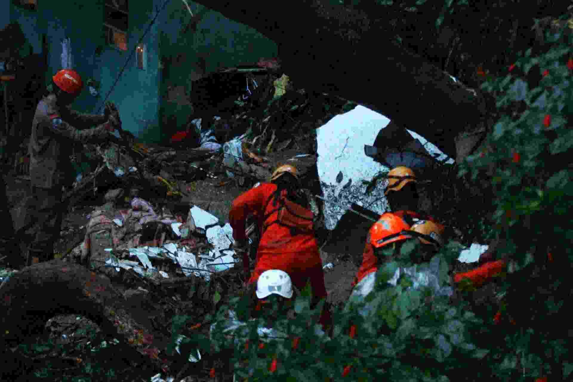 9.abr.2019 - Equipes de resgate trabalham na área de um deslizamento de terra no Morro da Babilônia, no Leme, causado pelas fortes chuvas que atingiram o Rio de Janeiro durante a madrugada - Jose Lucena/Futura Press/Estadão Conteúdo