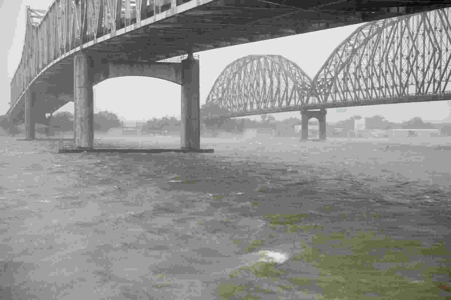 13.jul.2019 - Ventos fortes atingem Morgan City, nos Estados Unidos, conforme o furacão Barry se aproxima do estado da Louisiana. Antes tempestade tropical, Barry ganhou força e se transformou no primeiro furacão da temporada no oceano Atlântico - Seth Herald/AFP