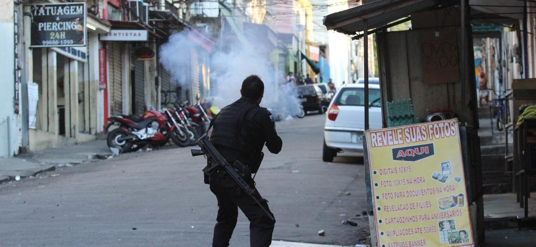 PM atira com arma não letal contra mototaxistas do morro São Carlos, no centro do Rio de Janeiro - 12.abr.2019 -  Jose Lucena/Futura Press/Folhapress