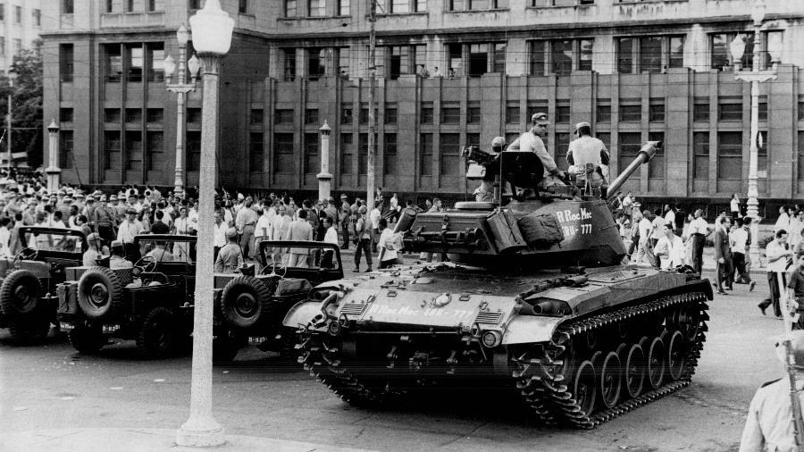 Tanques das Forças Armadas no comício do presidente João Goulart, na Central do Brasil, no Rio - 3. mar.1964 CPDOCJB/Folhapress