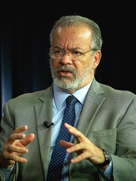 O ex-ministro da Segurança Pública, Raul Jungmann, durante entrevista exclusiva ao UOL, no estúdio de Brasília. - Kleyton Amorim/UOL