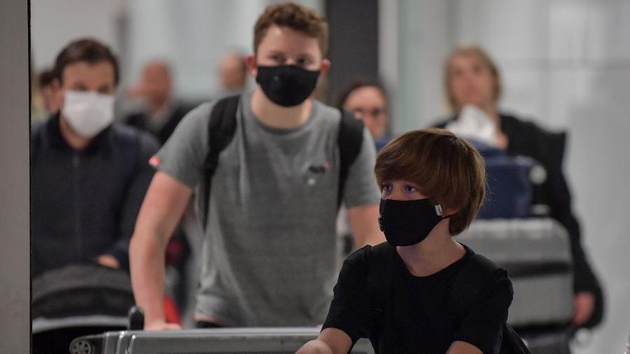 2.mar.2020 - Passageiros vindos da Itália usam máscaras faciais durante desembarque no aeroporto de Guarulhos (SP), para se proteger do novo coronavírus - Nelson Almeida/AFP