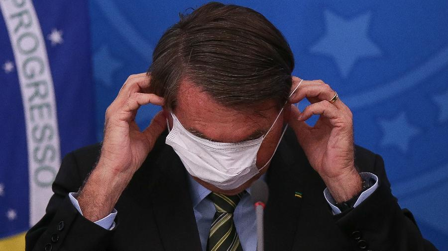 De máscara, presidente Jair Bolsonaro (sem partido) participa de coletiva sobre o novo coronavírus - Pedro Ladeira/Folhapress