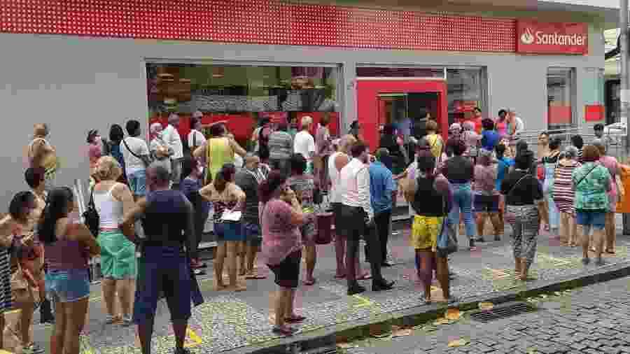 Pessoas enfrentam fila e aglomeração para acessar agência bancária no bairro do Meier, zona norte do Rio de Janeiro - ALEXANDRE BRUM/ESTADÃO CONTEÚDO