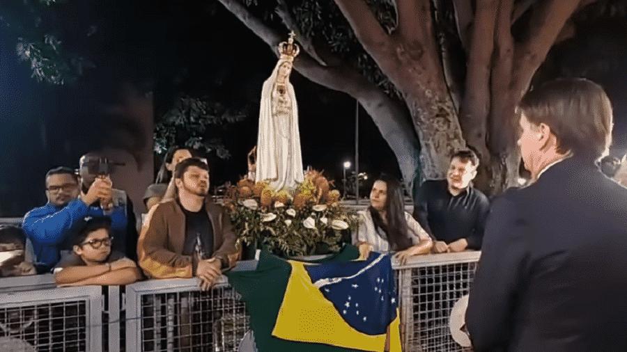 08.04.2020 - Grupo da renovação carismática católica em conversa com o presidente Jair Bolsonaro na portaria do Palácio da Alvorada, em Brasília - Reprodução/YouTube