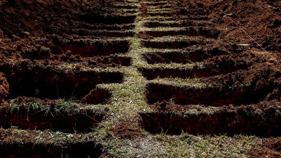 Cemitério da Vila Formosa, em São Paulo-SP, abre dezenas de covas para receber vítimas de covid-19 - Suamy Beydoun/AGIF