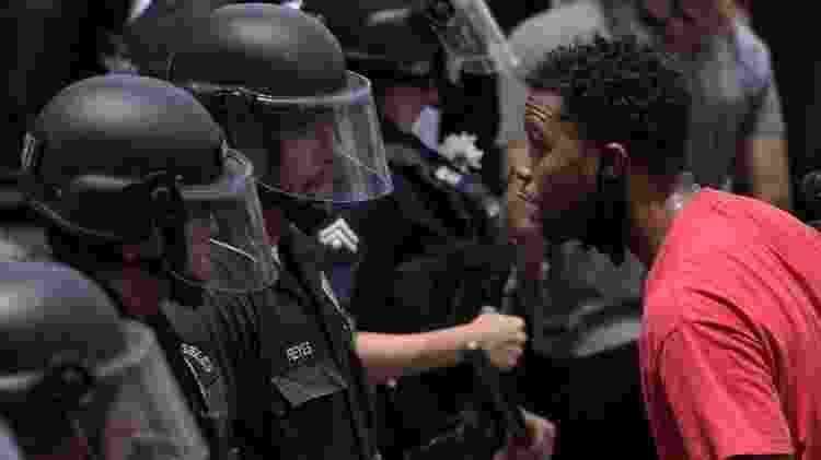 Um manifestante fala com um oficial da polícia de Los Angeles durante uma manifestação pela morte de George Floyd em Hollywood, Califórnia, em 2 de junho de 2020 - AFP - AFP