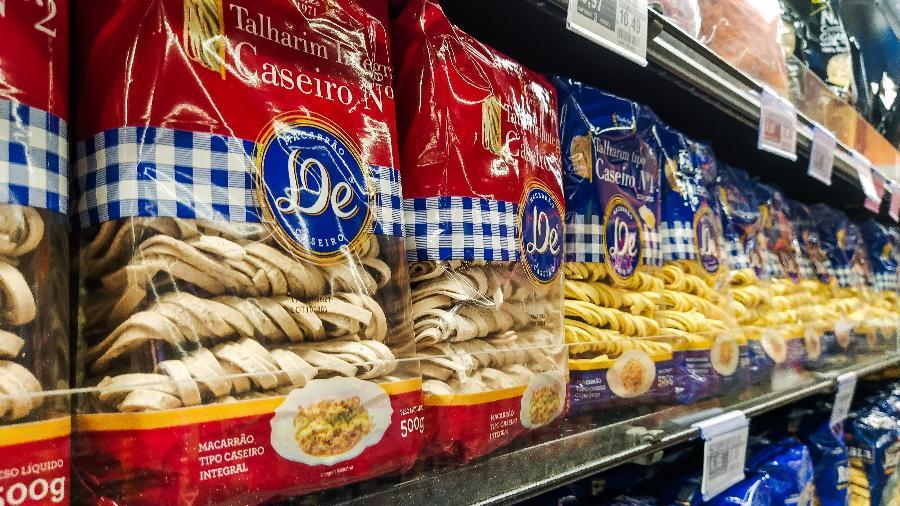 10.set.2020 - Pacotes de macarrão na prateleira do supermercado em Sorocaba (SP) - Cadu Rolim/Fotoarena/Estadão Conteúdo