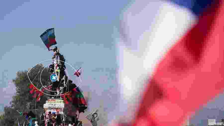 18.out.2020 - Manifestantes protestam na Praça Itália, em Santiago, no primeiro aniversário dos protestos por maior igualdade social no Chile - EFE/Alberto Valdés