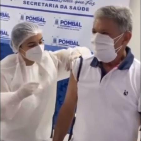 Dr. Verissinho (MDB), prefeito de Pombal (PB), fura fila e recebe primeira vacina da cidade contra a covid-19. Seria mentira dizer que essas cenas surpreendem - drverissinho.oficial/Instagram/Reprodução