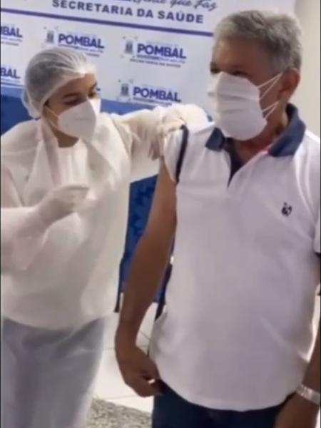 Dr. Verissinho (MDB), prefeito de Pombal (PB), fura fila e recebe primeira vacina da cidade contra a covid-19 - drverissinho.oficial/Instagram/Reprodução