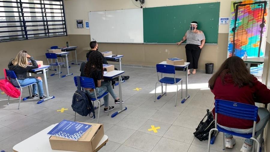 Professora e alunos com equipamentos de segurança em escola na capital - Luís Adorno/UOL