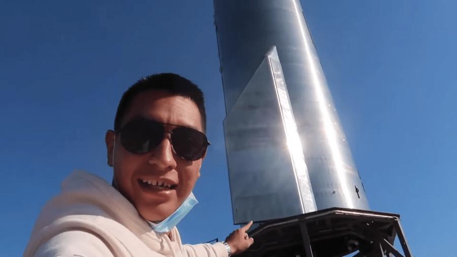 Youtuber conhecido como Caesar, do canal Loco Vlogs, chega perto de foguete da SpaceX - Reprodução/YouTube