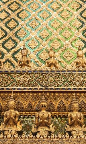 Está tudo nos detalhes. Telhas de vidro adornam o Wat Phra Kaew, o mais sagrado dos templos budistas da Tailândia e casa do Buda de Esmeralda, esculpido em jade