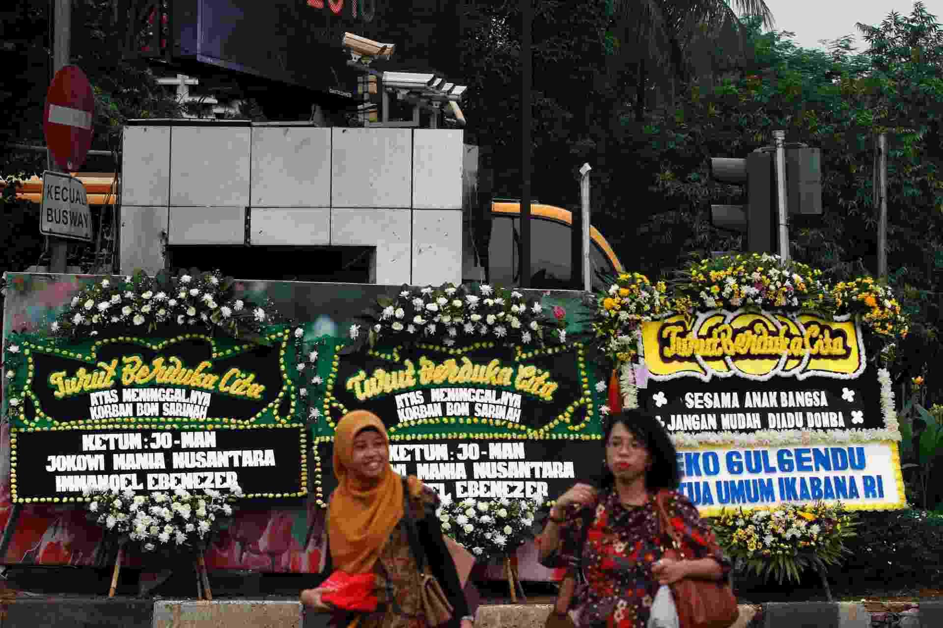 15.jan.2016 - Indonésias passam diante de homenagens florais instaladas no local dos ataques realizados ontem por terroristas no centro de Jacarta (Indonésia). A Austrália ofereceu apoio militar à Indonésia após o ataque que deixou dois civis e cinco terroristas mortos. Nesta sexta-feira, três pessoas foram detidas suspeitas de envolvimento no ataque - Roni-Bintang/Efe