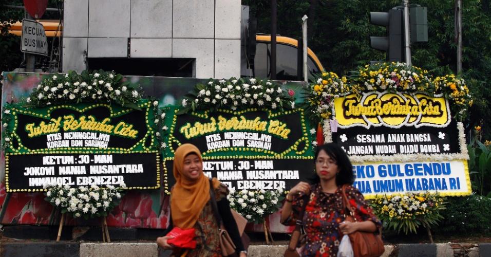 15.jan.2016 - Indonésias passam diante de homenagens florais instaladas no local dos ataques realizados ontem por terroristas no centro de Jacarta (Indonésia). A Austrália ofereceu apoio militar à Indonésia após o ataque que deixou dois civis e cinco terroristas mortos. Nesta sexta-feira, três pessoas foram detidas suspeitas de envolvimento no ataque