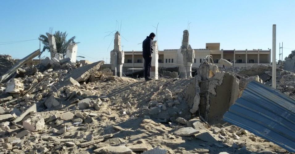 30.jan.2016 - Homem inspeciona os destroços de um prédio que foi ao chão durante um ataque aéreo da Força Aérea do Iraque contra o grupo terrorista Estado Islâmico em Fallujah, a 50 quilômetros de Bagdá, neste sábado. Pelo menos duas pessoas ficaram feridas durante o bombardeio