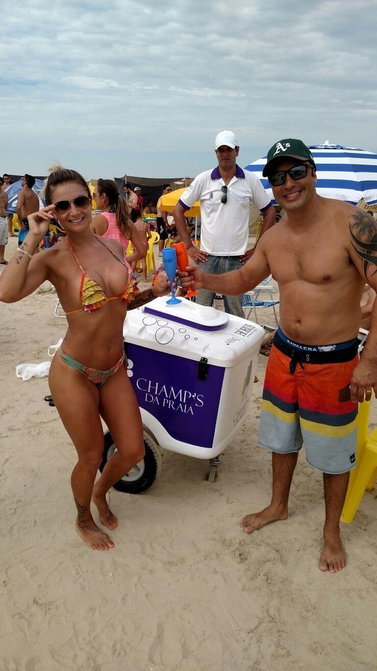 Empresa Champ's da Praia vende espumante nas areias do RS