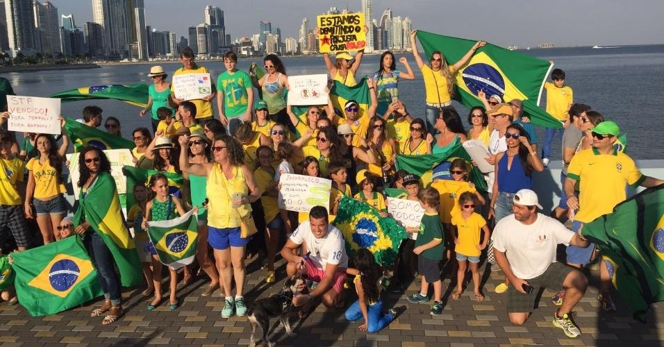 13.mar.2016 - Brasileiros erguem cartazes contra  o governo da presidente Dilma Rousseff (PT) no Panamá. A imagem foi enviada pela internauta Carol Maia por meio do WhatsApp do UOL Notícias: (11) 95520 5752